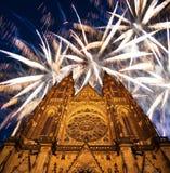 Fuegos artificiales de la catedral y del día de fiesta del St Vitus Cathedral Roman Catholic -- Castillo de Praga y Hradcany, Rep Fotografía de archivo