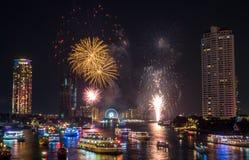 Fuegos artificiales de la celebración de la cuenta descendiente del Año Nuevo en Bangkok Foto de archivo libre de regalías