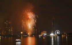 Fuegos artificiales de la celebración del Año Nuevo en el río en Tailandia Fotografía de archivo libre de regalías
