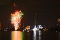 Fuegos artificiales de la celebración del Año Nuevo en el río en Tailandia Imagenes de archivo