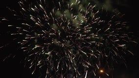 Fuegos artificiales de la celebración del Año Nuevo en la noche en el slo-MES con el copyspace a la derecha almacen de video