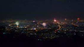 Fuegos artificiales de la celebración del Año Nuevo sobre el paisaje urbano de Chiang Mai, Tailandia almacen de metraje de vídeo