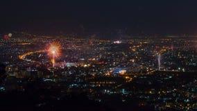 Fuegos artificiales de la celebración del Año Nuevo sobre el paisaje urbano de Chiang Mai, Tailandia metrajes