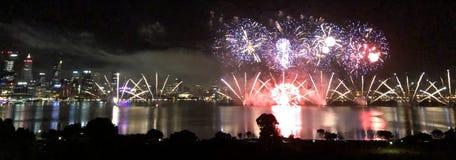 Fuegos artificiales de la ciudad de Perth foto de archivo