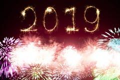 Fuegos artificiales 2019 de la Feliz Año Nuevo fotos de archivo
