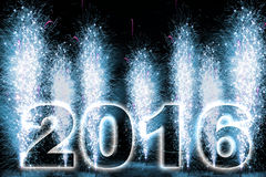 Fuegos artificiales de la Feliz Año Nuevo 2016 Foto de archivo