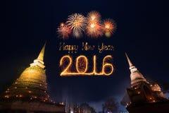 2016 fuegos artificiales de la Feliz Año Nuevo que celebran sobre el histori de Sukhothai Imágenes de archivo libres de regalías