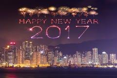 2017 fuegos artificiales de la Feliz Año Nuevo que celebran sobre la ciudad de Hong Kong Imagen de archivo