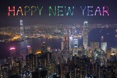 Fuegos artificiales de la Feliz Año Nuevo que celebran sobre la ciudad de Hong Kong Foto de archivo