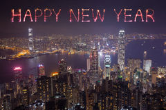 Fuegos artificiales de la Feliz Año Nuevo que celebran sobre la ciudad de Hong Kong Fotos de archivo libres de regalías