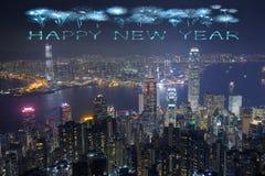 Fuegos artificiales de la Feliz Año Nuevo que celebran sobre la ciudad de Hong Kong Foto de archivo libre de regalías