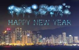 2017 fuegos artificiales de la Feliz Año Nuevo que celebran sobre la ciudad de Hong Kong Foto de archivo libre de regalías