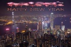 Fuegos artificiales de la Feliz Año Nuevo que celebran sobre la ciudad de Hong Kong Imágenes de archivo libres de regalías