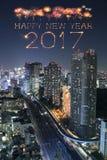 2017 fuegos artificiales de la Feliz Año Nuevo sobre el paisaje urbano de Tokio en la noche, Jap Imagen de archivo