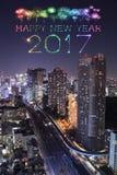 2017 fuegos artificiales de la Feliz Año Nuevo sobre el paisaje urbano de Tokio en la noche, Jap Foto de archivo