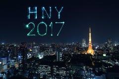 2017 fuegos artificiales de la Feliz Año Nuevo sobre el paisaje urbano de Tokio en la noche, Jap Fotos de archivo libres de regalías