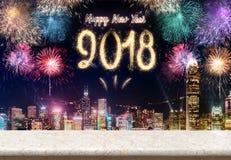 Fuegos artificiales de la Feliz Año Nuevo 2018 sobre paisaje urbano en la noche con vacío Imagen de archivo