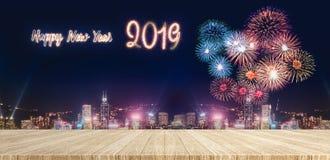 Fuegos artificiales de la Feliz Año Nuevo 2019 sobre paisaje urbano en la noche con vacío Imágenes de archivo libres de regalías