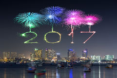 2017 fuegos artificiales de la Feliz Año Nuevo sobre Pattaya varan en la noche, Thail Fotos de archivo libres de regalías