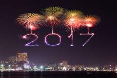 2017 fuegos artificiales de la Feliz Año Nuevo sobre Pattaya varan en la noche, Thail Foto de archivo