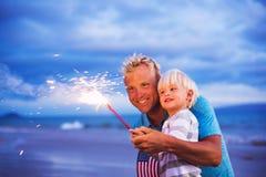 Fuegos artificiales de la iluminación del padre y del hijo Imagen de archivo libre de regalías