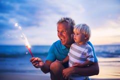 Fuegos artificiales de la iluminación del padre y del hijo Imagen de archivo