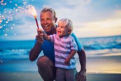Fuegos artificiales de la iluminación del padre y del hijo Fotografía de archivo