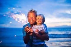 Fuegos artificiales de la iluminación del padre y del hijo Fotos de archivo