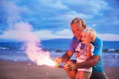 Fuegos artificiales de la iluminación del padre y del hijo Foto de archivo libre de regalías