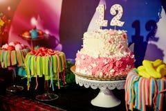 Fuegos artificiales de la torta de cumpleaños, celebración del cumpleaños Imagen de archivo
