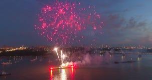 Fuegos artificiales de las explosiones contra la perspectiva del cielo nocturno metrajes