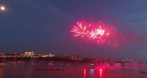 Fuegos artificiales de las explosiones contra la perspectiva del cielo nocturno almacen de metraje de vídeo