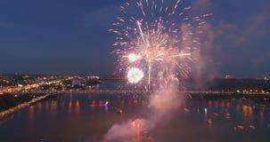 Fuegos artificiales de las explosiones contra la perspectiva del cielo nocturno almacen de video