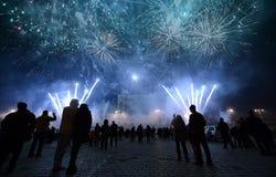 Fuegos artificiales de observación de la gente Foto de archivo libre de regalías