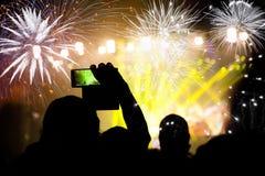 Fuegos artificiales de observación de la muchedumbre en el Año Nuevo Foto de archivo libre de regalías