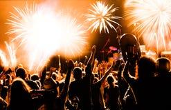 Fuegos artificiales de observación de la muchedumbre en el Año Nuevo Fotografía de archivo