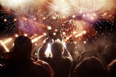Fuegos artificiales de observación de la muchedumbre en el Año Nuevo Foto de archivo