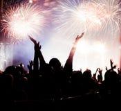 Fuegos artificiales de observación de la muchedumbre en el Año Nuevo Imagen de archivo libre de regalías