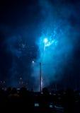 Fuegos artificiales de observación del grupo de personas Fotos de archivo