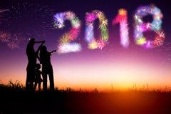 Fuegos artificiales de observación de la familia y Feliz Año Nuevo foto de archivo