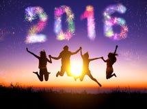 Fuegos artificiales de observación y Feliz Año Nuevo 2016 del grupo joven Imagen de archivo
