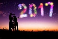 Fuegos artificiales de observación de la familia y Feliz Año Nuevo Fotografía de archivo