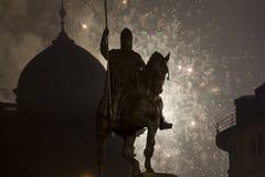 2015 fuegos artificiales del Año Nuevo adentro detrás de la estatua de Wenceslao, Praga Foto de archivo