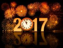 2017 fuegos artificiales del Año Nuevo con la cara de reloj Imágenes de archivo libres de regalías