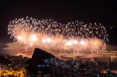 Fuegos artificiales del Año Nuevo en Copacabana Fotos de archivo libres de regalías