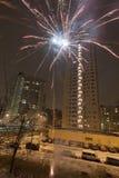 Fuegos artificiales del Año Nuevo en el área residencial de la ciudad Imagen de archivo