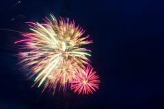 Fuegos artificiales del Año Nuevo en el cielo Fotografía de archivo