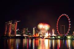 Fuegos artificiales del Año Nuevo en el horizonte de Singapur Foto de archivo libre de regalías