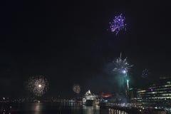Fuegos artificiales del Año Nuevo en el puerto Suecia de Estocolmo Foto de archivo