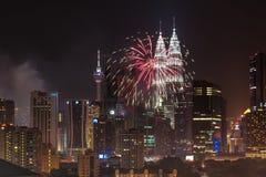 Fuegos artificiales del Año Nuevo 2014 en las torres gemelas de Petronas Imágenes de archivo libres de regalías